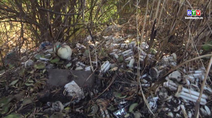 Rác thải nguy hại vứt bỏ tràn lan