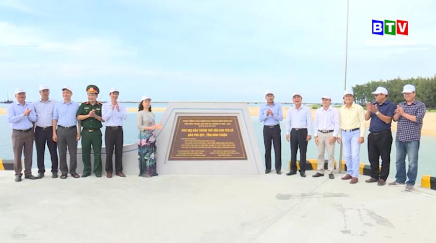 Gắn biển công trình neo đậu tránh trú bão cho tàu cá Phú Quý