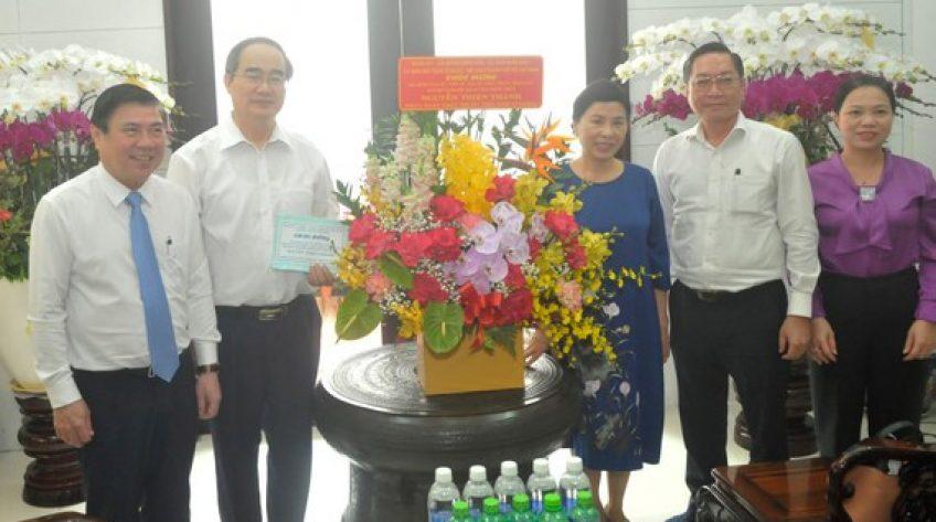 Đồng chí Nguyễn Thành Phong thăm, chúc mừng gia đình Giáo sư Nguyễn Thiện Thành